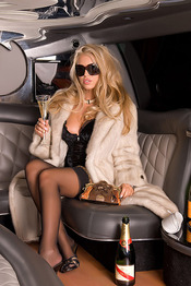 Anette Dawn Spreads Legs In A Limo 01